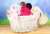 Fotografia Sciarpe a maglia calde nel cestino