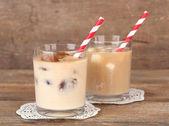 Fényképek jeges kávét, tejes jégkockák és hideg tej, kávé jégkockák szemüveg fa háttér