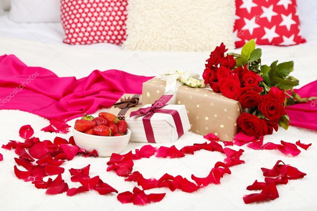 Bed Met Rozen.Romantische Stilleven Met Aardbei Geschenkdozen En Bloemblaadjes