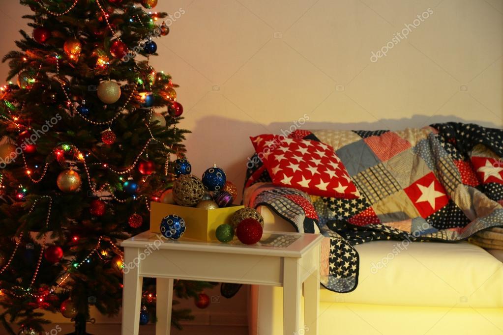 Rbol de navidad en casa fondo interior decorado en la for Arboles para interior casa