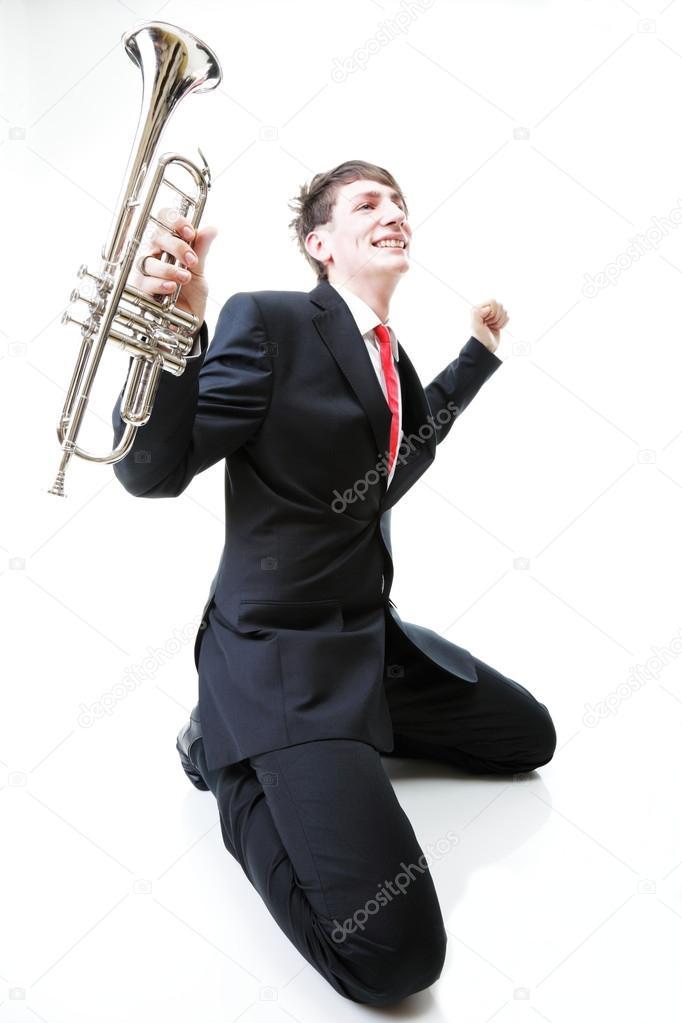 человек на коленях фото
