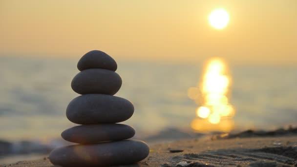 Skládané kameny a západ slunce