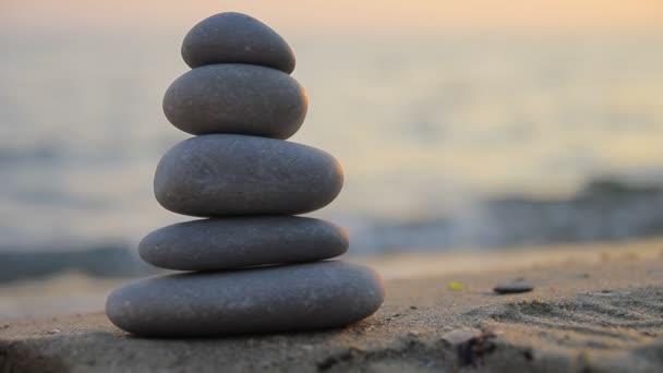 kameny na pláži při západu slunce