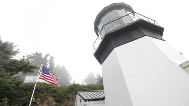USA Flagge neben Cape Meares Leuchtturm in Oregon 1080p