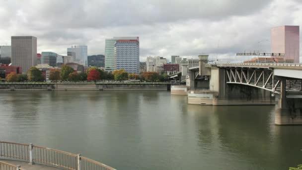 Portland oregon města s burnside mostu podél řeky willamette v barevné podzimní timelapse