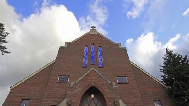 bílé mraky a modrá obloha nad kostel s křížem a Kobaltová modř vitrážových oken v Portlandu oregon časová prodleva 1920 x 1080