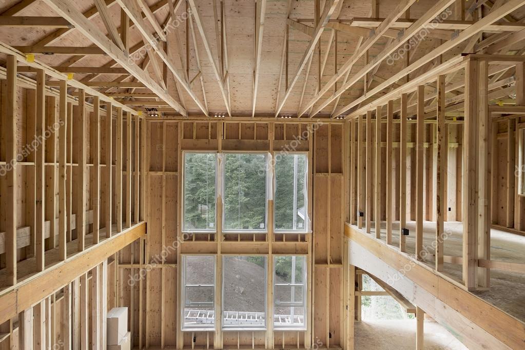 nueva construcción casa techo alto madera de postes — Foto de stock ...