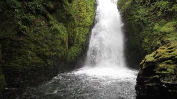 Bridal veil falls v svatební závoj potoka v soutěsce řeky Columbie v Oregonu 1920 x 1080