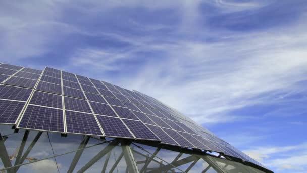 solární panely slouží k výrobě elektřiny ze slunečního záření proti bílé mraky a modrá obloha timelapse 1920 x 1080
