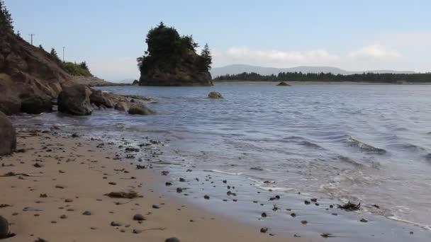 Tillamook bay v Garibaldiho oregon písečná pláž u lowtide vlny a modrou vodou 1920 x 1080