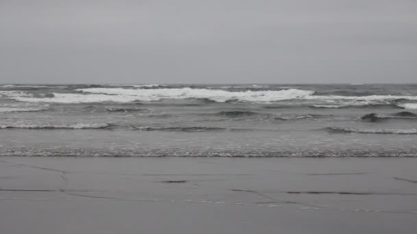 Cannon beach oregon při odlivu se vlny closeup 1920 x 1080