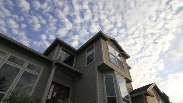 rychlé pohyblivé bílé mraky modré obloze nad domu s oknem sklo odraz časová prodleva 1920 x 1080
