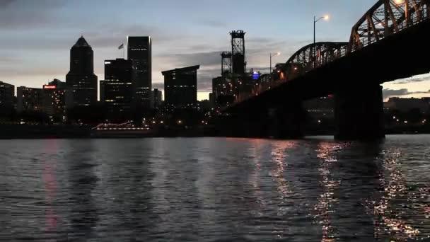 Portland Oregon belvárosi City Skyline Willamette folyó Hawthorne Bridge és a víz tükrözi a táncoló fények naplemente alkonyatkor 1920 x 1080