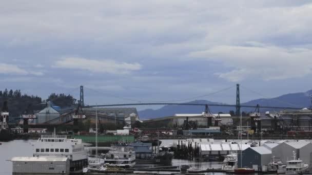 Lions gate bridge nad fjordem burrard inlet lodě v přístavu a pohybující se mraky ve Vancouveru bc Kanada čas zanikla 1080 p