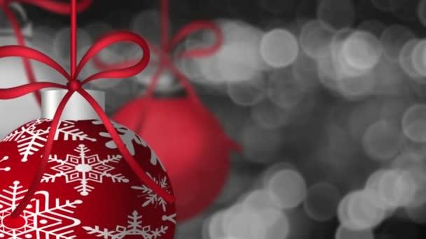 アウト フォーカスの背景のボケ味 1920 x 1080 キラキラ輝く銀の回転赤の休日の装飾品をぶら下げ