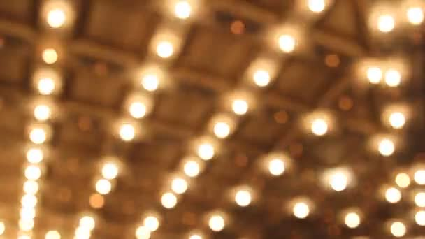 Theater- und Konzertsaaldecke mit verschwommenem Bokeh-Retro-blinkenden Festzeltlichtern in der Innenstadt