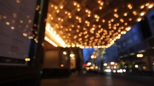 historisches Theaterzelt beleuchtet zur blauen Stunde mit Berufsverkehr entlang der Breitstraße in der Innenstadt von Portland oregon 10080p
