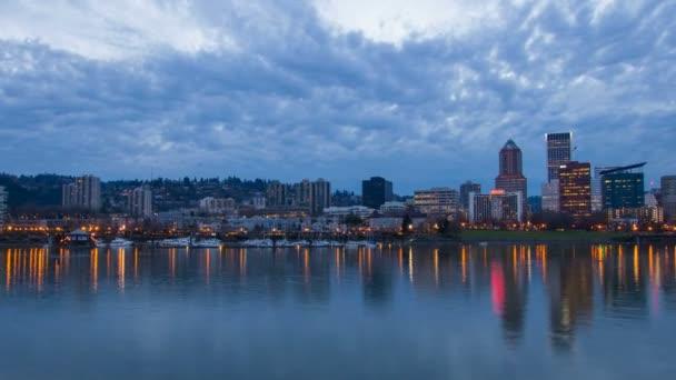Portland oregon centro della città lungo il fiume willamette con ponte hawthorne spostano nuvole e acqua colorata riflessione al lasso di tempo ora blu crepuscolo 1080p