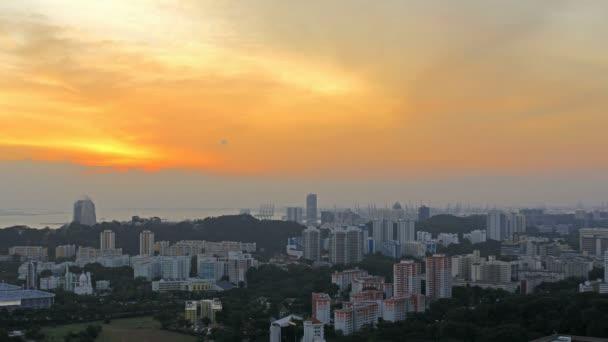 zobrazení plánovaných bydlení hdb byt byty a byty budov v Singapuru na barevný západ slunce s pohyblivými mraky časová prodleva 1080p
