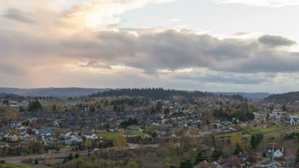 expanzív kilátás nyílik happy valley oregon külvárosi ház és a házak és az autópálya forgalom színes drámai naplemente Időközű 1080p