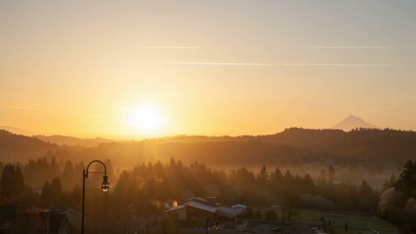 Sonnenaufgang über der Oregano-Kaskade im glücklichen Tal Stadt Zeitraffer am frühen Morgen mit goldenen Sonnenstrahlen und Schnee bedeckt mt. Haube 1080p