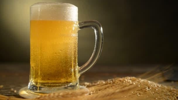 půllitr piva a ječmen