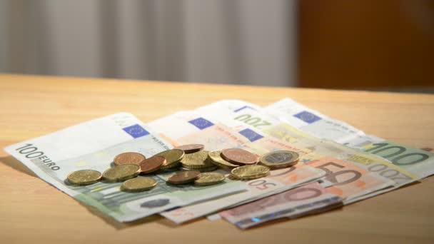 Euro peníze, člověk brát peníze ze stolu