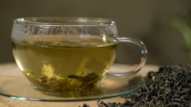 sypaný čaj a šálek čaje