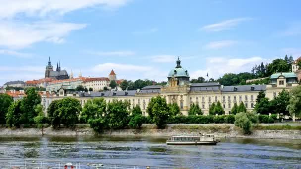 Vltavy s Pražského hradu a vládních kanceláří v Praze