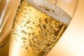 prázdné sklenice šampaňského a jedna naplněním