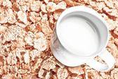 Začátek pohledu hrnek mléka na kukuřičné lupínky, dieta koncepce