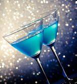dvě sklenice Blue koktejl na stůl