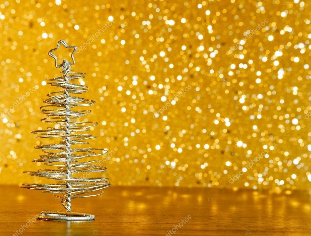 Rbol de navidad moderno met lico sobre tabla de madera - Arbol de navidad dorado ...