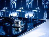 lékařský stetoskop na moderní digitální tablet v laboratoři na x-ray obrázky pozadí