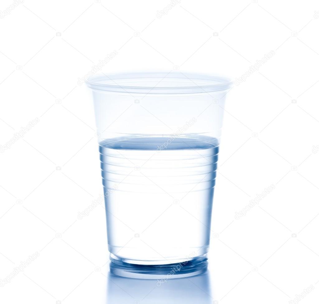 Пластиковый стакан с водой, концепция питания и диеты ...