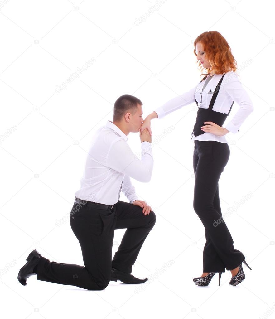 Giovane uomo proponendo una donna mentre in piedi su un for Piani di studio 300 piedi quadrati
