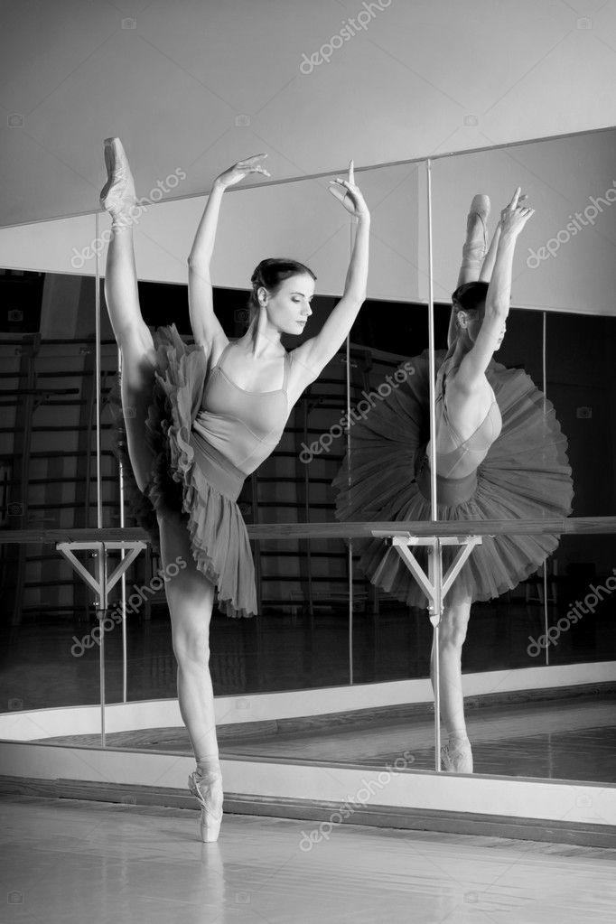 shoot noir et blanc de la ballerine danseuse belle fait des exercices en cours de danse. Black Bedroom Furniture Sets. Home Design Ideas