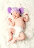 roztomilý novorozené dítě spí v klobouku s ušima
