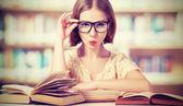 vicces lány diák olvasás könyveket szemüveg