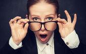Fotografie überrascht lustige Lehrer in Gläser shouts