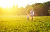 šťastná rodina na přírodu procházky v létě