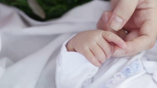 pera a otcovy ruce dítěte