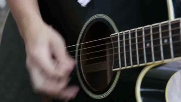 Spielen auf Akustikgitarre