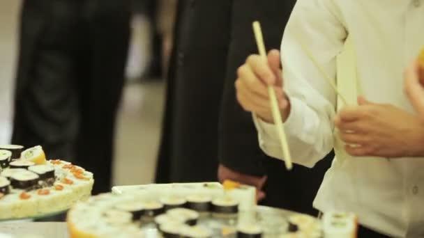 A vendégek sushi felvállalni egy ünnepi koktél party