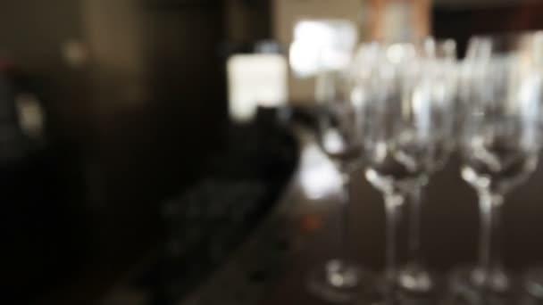 několik sklenic na víno