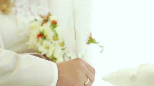 nevěsta a ženich v čase s husím brkem podepsat smlouvu manželství