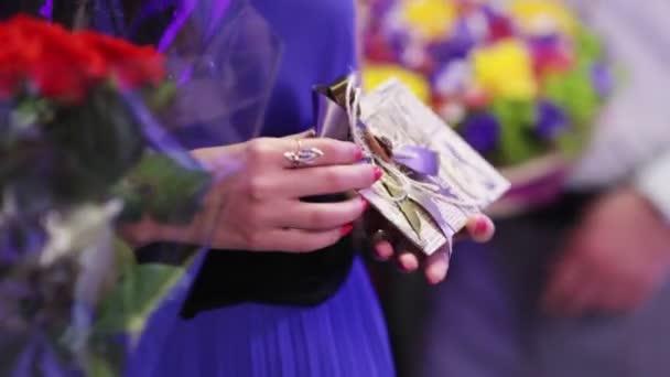 Hosté s dary a karty v rukou čekání v řadě poblahopřát