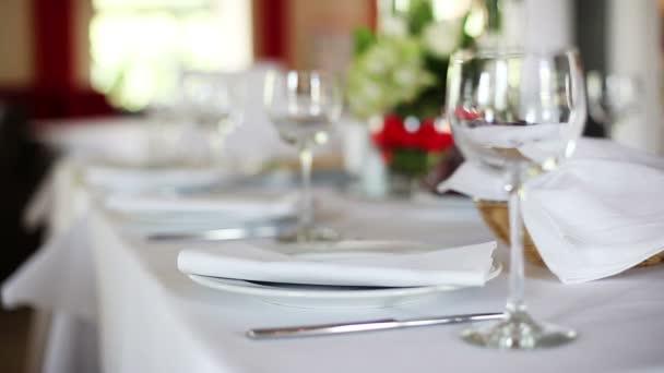 zaměření sloužit s poháry na slavnostní stůl