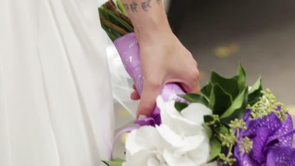 menyasszony kezében esküvői csokor