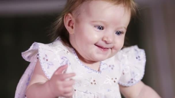 mamma soffia un bambino che sorride